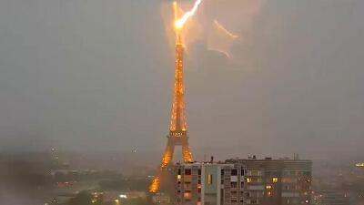El momento justo en que un rayo cae en la Torre Eiffel de París