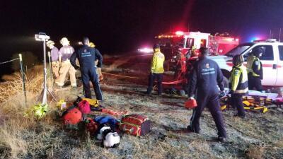 Un muerto y 7 heridos luego que autobús de un cantante country cayó por un barranco de California