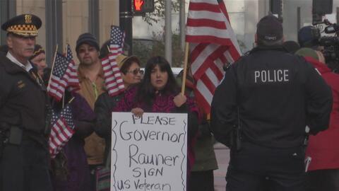 Arrestan a dos personas por un acto de desobediencia civil ante la oficina de ICE