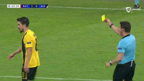 Tarjeta amarilla. El árbitro amonesta a Andre Simoes de AEK Athens