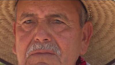A sus 82 años este hispano vende cacahuates en las calles de Phoenix