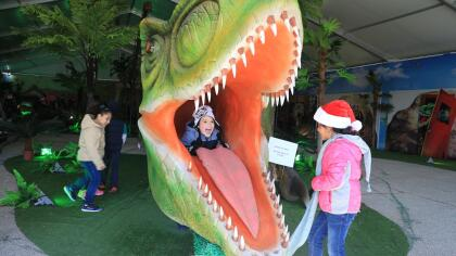 Podrás explorar el mundo de los dinosaurios pero iluminados.