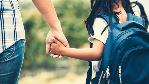Temor entre madres indocumentadas porque una escuela en Virginia les exige licencia de conducir para recoger a sus hijos