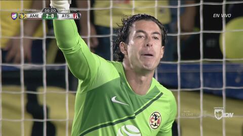 Gran atajada de Jiménez que evite el gol del Atlas