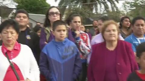 Fieles acuden a la iglesia de Santa Isabel en Oakland para ser testigos de la representación de la Pasión de Cristo