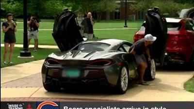 Pateador de los Bears llega a la práctica manejando lujoso McLaren