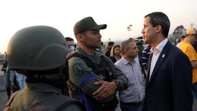 Entre militares y acompañado de Leopoldo López, Guaidó le pide al pueblo venezolano salir a las calles