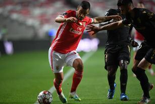 Benfica derrota 2-0 al Vitoria y prolonga la coronación del Porto por lo menos una jarnada más.