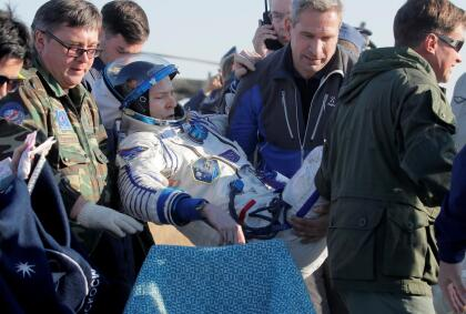 Hague asistido por especialistas de la agencia espacial rusa después del aterrizaje. Junto a él regresaron a La Tierra el cosmonauta ruso Alexey Ovchinin, quien estuvo 375 días en el espacio, y el primer astronauta de los Emiratos Árabes Unidos, Hazzaa Ali Almansoori, quien solo estuvo en la estación una semana. La estación ha sido ocupada por astronautas de 18 países.