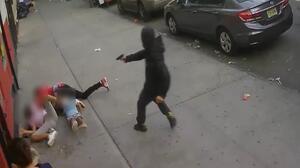 Imágenes fuertes: Tratan de matar a una persona en plena calle y dos niños casi son víctimas del ataque