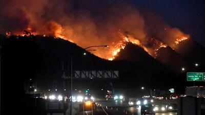 En un minuto: Los vientos propagan los incendios en California y obligan a más cortes de luz