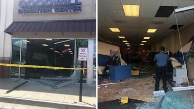 En fotos: auto se estrella y atraviesa tienda Goodwill del área de Atlanta