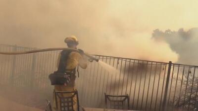 Levantan órdenes de evacuación en Murrieta donde los bomberos combaten con el incendio 'Tenaja'