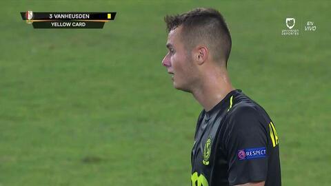 Tarjeta amarilla. El árbitro amonesta a Zinho Vanheusden de Standard Liège