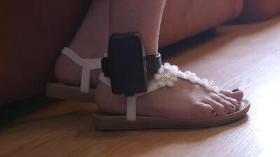 Ankle bracelets, the high price that many immigrants pay to get out of jail