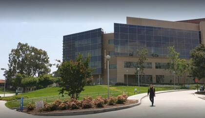 <b>Universidad Politécnica Estatal de Pomona, (15º a nivel nacional)</b> <br> <b>Costo estimado anual sin ayuda financiera: </b>$29,800 <br> <b>Costo estimado anual con ayuda financiera: </b>$13,300 <br> <b>% estudiantes obtienen becas: </b>68% <br> <b>% graduación:</b> 71% <br> <b>Salario promedio anual estimado:</b> $55,500