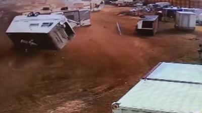 Tornado destroza casas rodantes en un estacionamiento en Colorado moviéndolas como juguetes