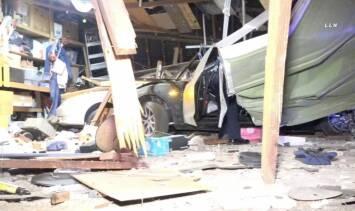 Continúa la búsqueda de conductor de Tesla que estrelló su auto y abandonó a su copiloto herida en Covina