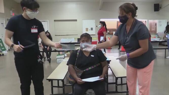 Escuela e iglesia San Vicente de Paul reciben a docenas de hispanos en búsqueda de la vacuna contra el coronavirus