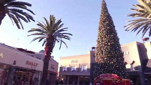 Un gigantesco árbol de Navidad invade las calles de Los Ángeles