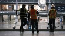 Con la llegada de la nueva administración, trabajadores esenciales piden mayores protecciones en medio de la pandemia