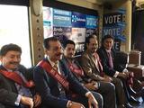 En apoyo a Hilary Clinton, los Tigres del Norte desfilan como Miss Housekeeping