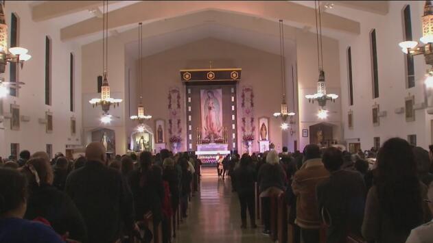 Agradecer milagros y pedir favores: cientos de devotos veneran a la Virgen Morena en Maywood
