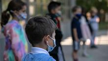 Coronavirus: Expertos advierten que personas ya vacunadas están relajando las medidas y exponiendo a los niños
