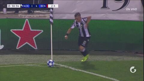 ¡CERCA!. Aleksandar Prijovic disparó que se estrella en el poste.