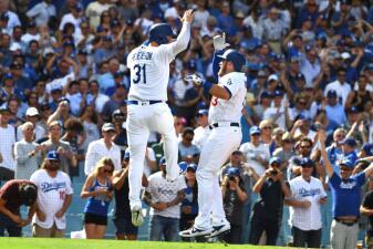 Dodgers usa el bateo de poder y el pitcheo y se corona en el Oeste por sexto año al hilo