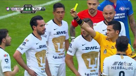 Tarjeta amarilla. El árbitro amonesta a Pablo Jáquez de Pumas UNAM