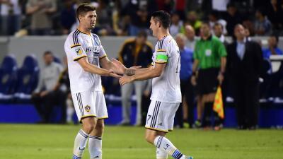 Steven Gerrard y Robbie Keane se enfrentan en un duelo de precisión