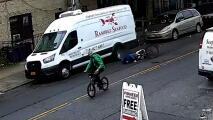 Video muestra cómo un repartidor de comida es apuñalado por un sujeto en bicicleta en Brooklyn