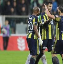 Diego Reyes juega el segundo tiempo del triunfo del Fenerbahce ante el AZ Alkmaar