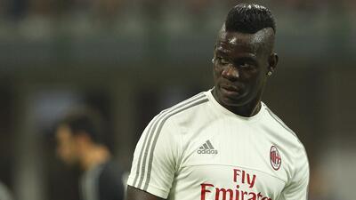Retiran licencia de manejo a Mario Balotelli en Italia