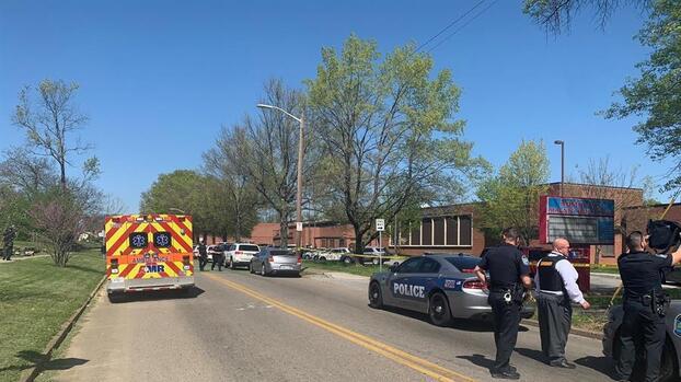 Tiroteo en una escuela de Tennessee deja un oficial herido y el sospechoso, un estudiante armado, fue abatido por la policía