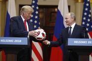 El presidente de Rusia, Vladimir Putin, le regaló al expresidente de EE.UU., Donald Trump un balón de fútbol que simbolizaba la frase: 'la pelota esta en tu cancha', el día despúes de concluir la Copa Mundial de Rusia 2018 en su país.