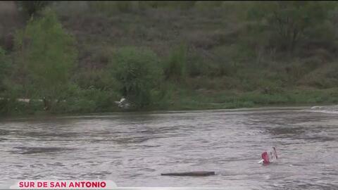 Rescatan a hombre arrastrado por la corriente del río San Antonio