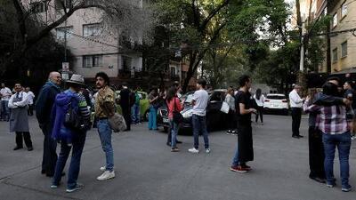 Primeras imágenes de personas evacuando edificios en México tras sismo de magnitud 7