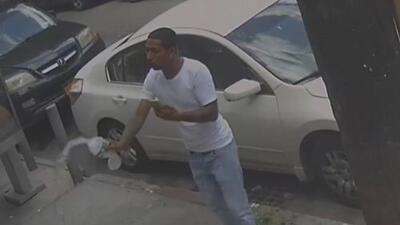 En video: sospechoso agrede a dos policías lanzándoles agua en una calle de Queens