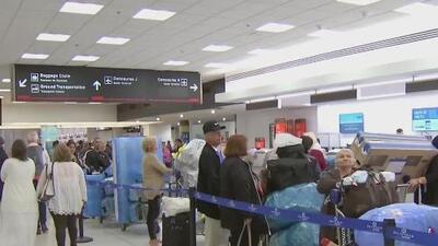Decenas de cubanos llevan más de tres días varados en el aeropuerto de Miami y aún no saben si podrán viajar