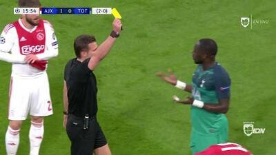 Tarjeta amarilla. El árbitro amonesta a Moussa Sissoko de Tottenham Hotspur