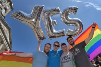 Irlanda aprueba bodas gay: famosos reaccionan