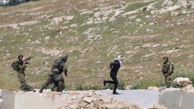 Maniatado y con los ojos vendados: la cruel persecución de unos soldados israelíes a un joven palestino