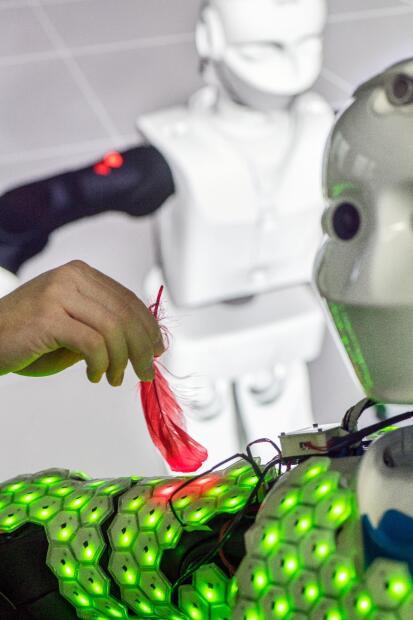 """Cheng y su equipo ya tienen en marcha nuevos trabajos para poder miniaturizar, adaptar y aplicar las """"células hexagonales de la piel a otras partes del cuerpo del robot, como la cara y el cuello, los dedos de manos y pies y las articulaciones de las extremidades""""."""