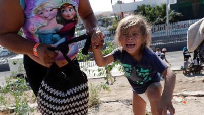 """""""Niños descalzos. En pañales. Asfixiándose con gas lacrimógeno"""": las redes reaccionan a los incidentes en la frontera"""