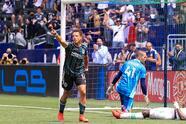 Chicharito tuvo una tarde de contrastes pues primero falló un penal, luego anotó gol y casi pone una asistencia a un gol que fue anulado.