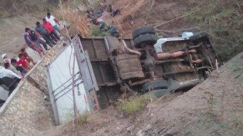 Esperaban atención médica en el piso: los angustiosos momentos tras accidente que dejó 25 migrantes muertos en México