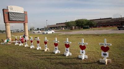 Con un minuto de silencio, honran a las víctimas del tiroteo en una escuela de Texas