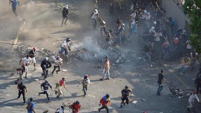 Escala la represión en Venezuela en medio de las confrontaciones entre civiles y fuerzas de Maduro